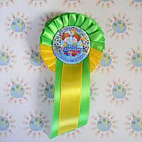 Значок Выпускник с розеткой и хвостиком Зелёно-жёлтой