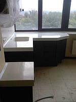 Кухня выполнена с гнутыми крашенными фасадами и каменной столешницей, фурнитура Blum