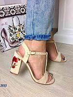 Стильные женские открытые босоножки материал искусственная замша, каблук украшен вышивкой. Цвет бежевый