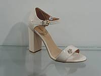 Элегантные женские кожаные босоножки на каблуке с закрытой пяткой