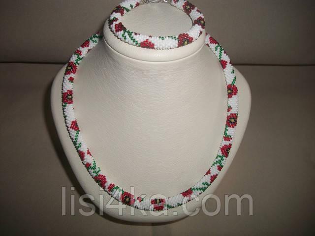 Узорный вязаный комплект жгутов из бисера с маками на белом фоне