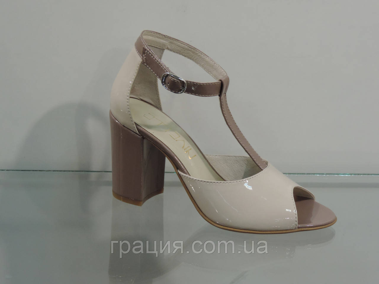e3e9c45afa8c6f Элегантные женские кожаные босоножки на каблуке с закрытой пяткой ...