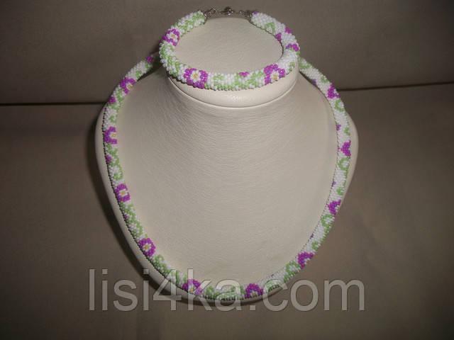 Узорный вязаный комплект жгутов из бисера с сиреневыми цветами на белом фоне