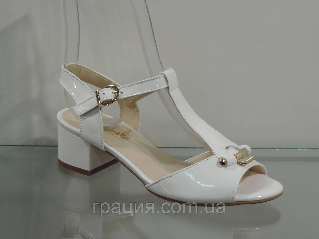 Лаковые женские босоножки на не большем каблуке
