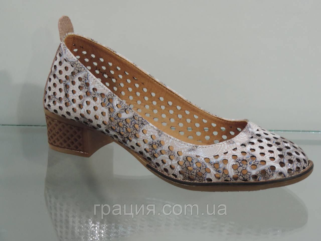 Кожаные женские туфли с перфорацией на не большем каблуке