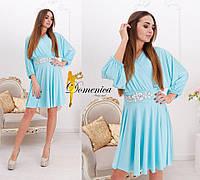 Свободное платье с украшением на поясе u-t31032733