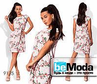 Модное женское платье оригинального кроя с цветочным принтом розовое