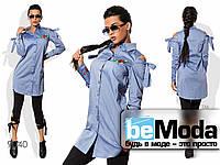 Стильная женская удлиненная рубашка с вышивкой и вырезами на плечах синяя