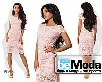 Элегантное женское платье облегающего кроя средней длины из гипюра на подкладе розовое