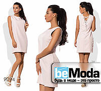 Модное женское платье футляр с оригинальной шнуровкой на спинке бежевое