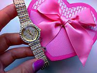Часы на браслете под золото