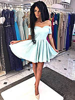 Платье с открытым декольте и пышной юбкой.