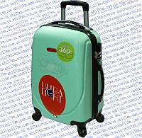 Большой пластиковый чемодан на четырёх колёсах
