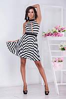 Стильное летнее женское молодежное платье в черно-белую полоску с глубоким декольте  и с открытой спиной