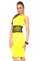 Платье футляр летнее офисного стиля желтого цвета с кружевом на талииа