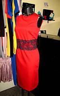 Платье футляр летнее офисного стиля красного цвета с кружевом на талии