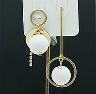 Необычные висячие серьги пусеты. Асимметричные белые серьги с шариками 3051