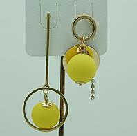 Желтые висячие серьги пусеты. Асимметричные серьги с цветными шариками 3054