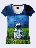 Женская футболка с ярким принтом/рисунком Астронавт в поле, цвет синий. Молодежная женская футболка на лето.