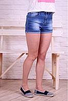 Короткие женские джинсовые шорты.