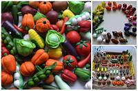 Мініатюрні овочі та фрукти з полімерної глини.
