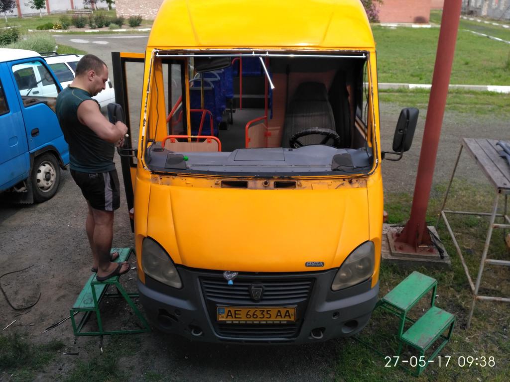Установка лобового стекла на автобус Рута 25 в Никополе