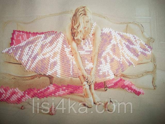 вышитая картина для интерьера с балериной в нежных тонах