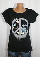 Практичная модная футболка с оригинальным узором и стразами