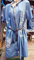 Стильное джинсовое платье с надписями и капюшоном батал