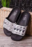 Женские шлепанцы серебро с камнями на черной подошве