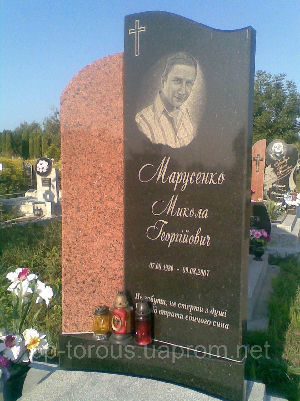 Гранитный надгробный памятник с красной вставкой