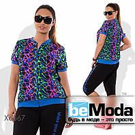 Модный женский спортивный костюм из разноцветной кофты и однотонных шорт синий