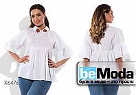 Эффектная женская блуза с воланом под грудью и на рукавах и вышитыми цветами белая