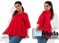 Эффектная женская блуза с воланом под грудью и на рукавах и вышитыми цветами красная