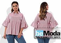 Эффектная женская блуза с воланом под грудью и на рукавах и вышитыми цветами розовая