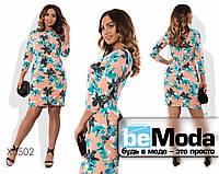 Оригинальное женское платье футляр больших размеров с ярким цветочным принтом бежевое