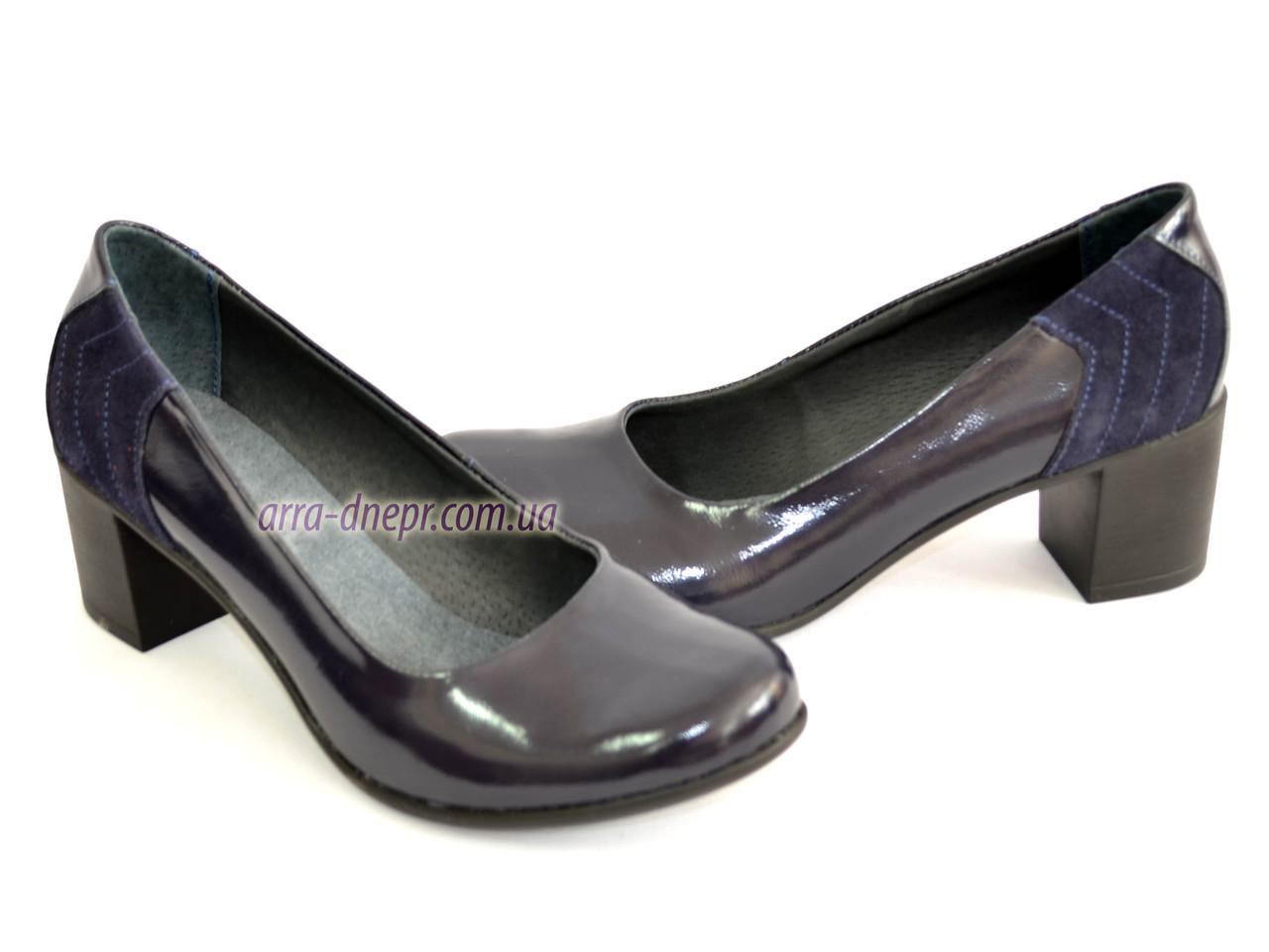 Туфли синие лаковые женские на каблуке, декорированы замшевой вставкой