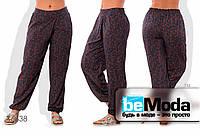 Широкие женские брюки больших размеров  из штапеля с принтом серые