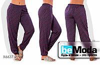 Широкие женские брюки больших размеров  из штапеля с принтом фиолетовые