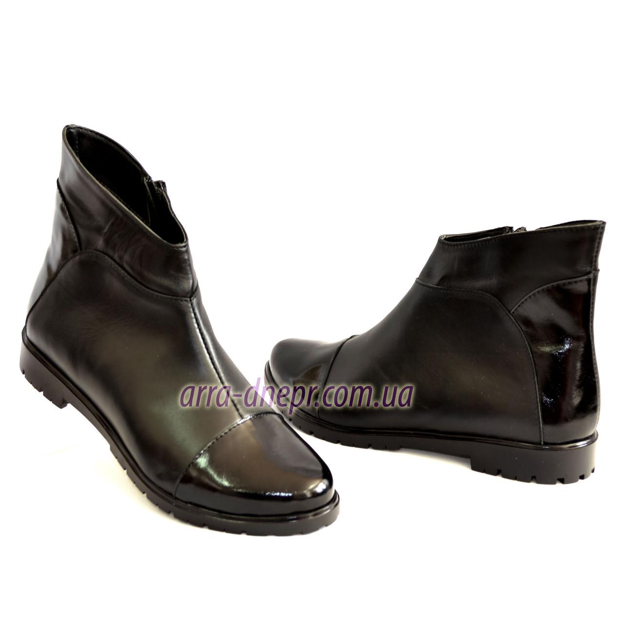 Женские демисезонные ботинки на низом ходу, натуральная кожа и лак.