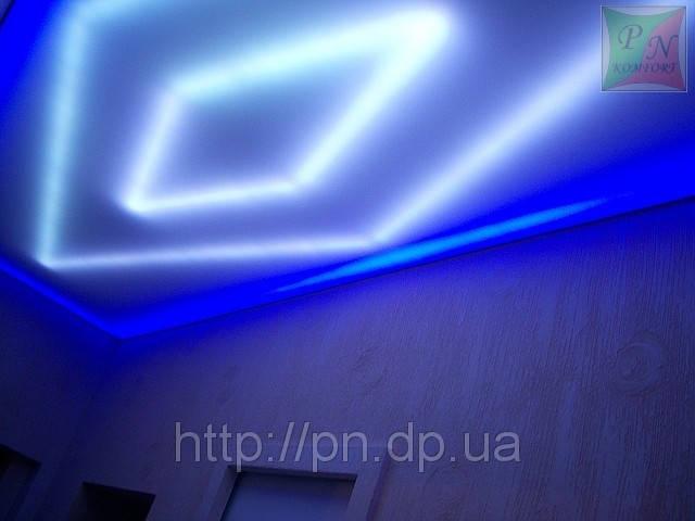 Полупрозрачный натяжной потолок со светодиодной лентой.