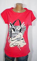Яркая футболка со стильным принтом для девушки