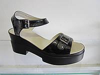 Босоножки женские кожаные лаковые на каблуке и платформе