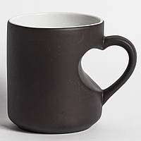 Черная чашка ручка-сердце