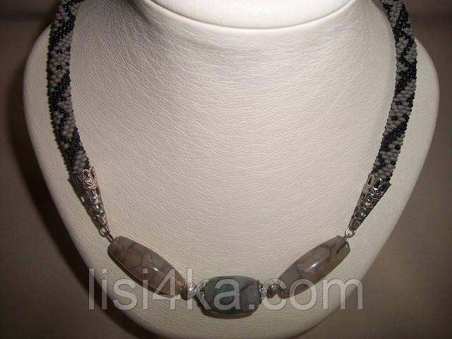 Дымчато-серое колье из бисера с натуральными агатами