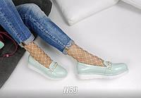 Светло-бирюзовые женские туфли-лоферы, декорированные жемчугом.