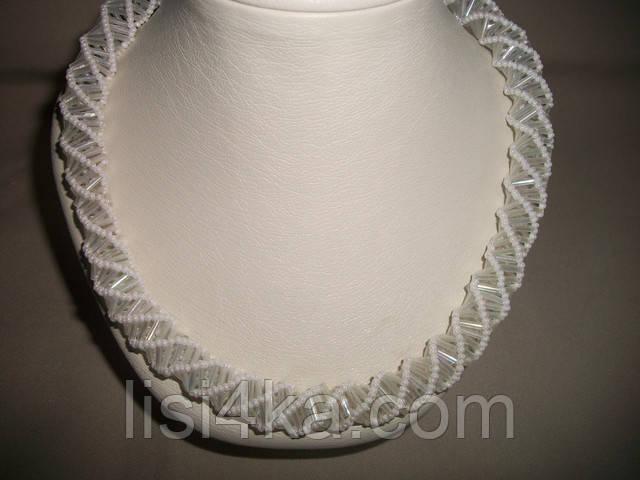 Ажурное объемное белое колье с радужным покрытием