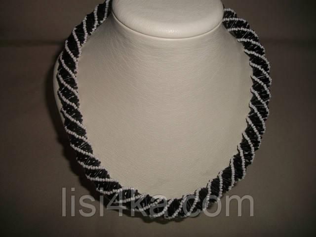 Ажурное объемное черно-белое колье на шею