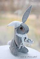 Новогодний серый зайчик кролик в шляпке из фетра