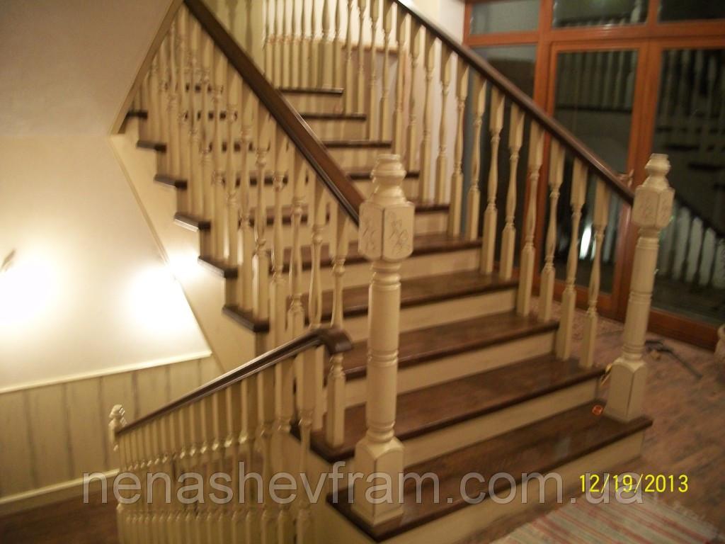Деревянная лестница двухцветная